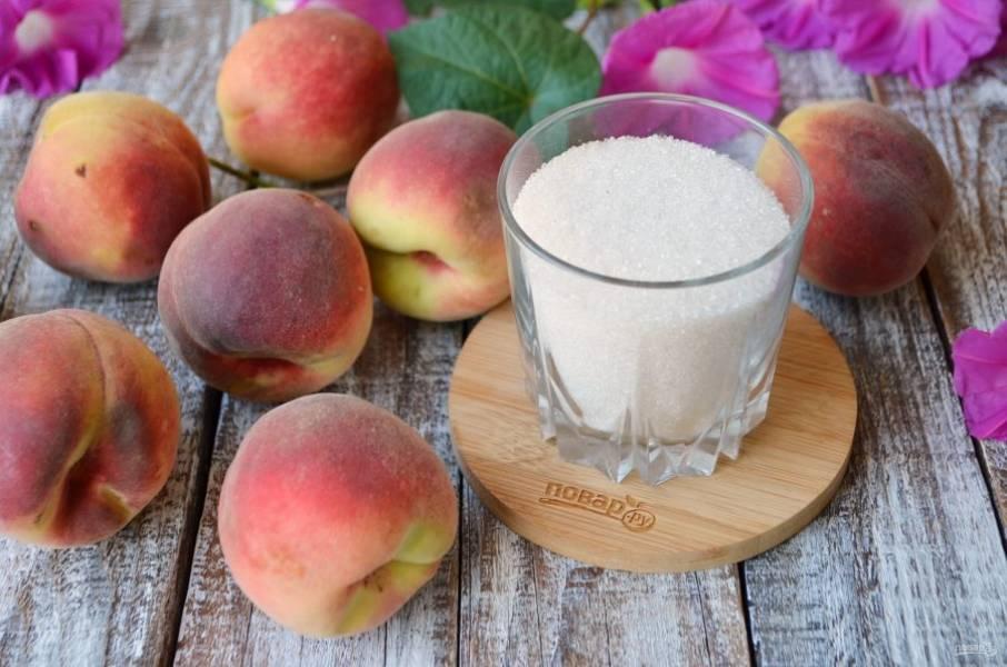 Итак, подготовьте персики и сахар. На каждый килограмм персиков понадобится стакан с горкой сахара, вес персиков с косточками.