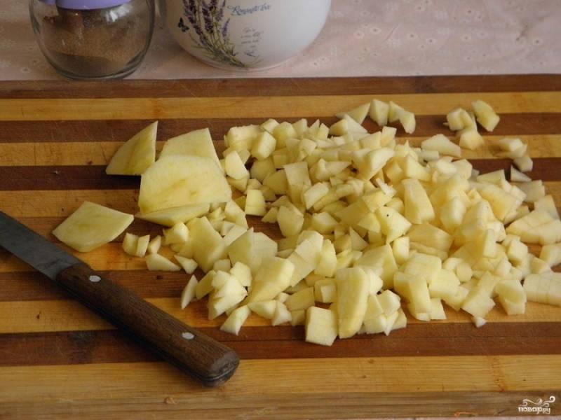 Отправьте тесто в форме в холодильник на полчаса для охлаждения.  Тем временем займитесь начинкой: яблоки почистите и порежьте кубиками.