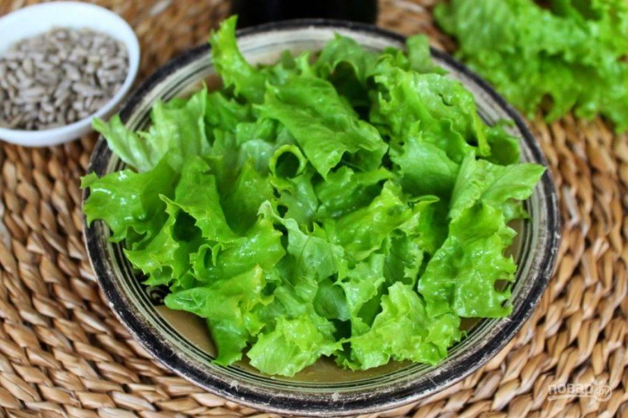 Листья салата промываем и нарезаем.