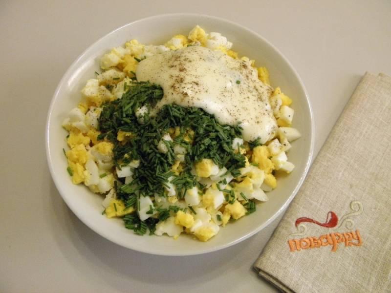 6. Лук порежьте мелко, добавьте его в салат. Посолите, поперчите и заправьте салат майонезом. Перемешайте.