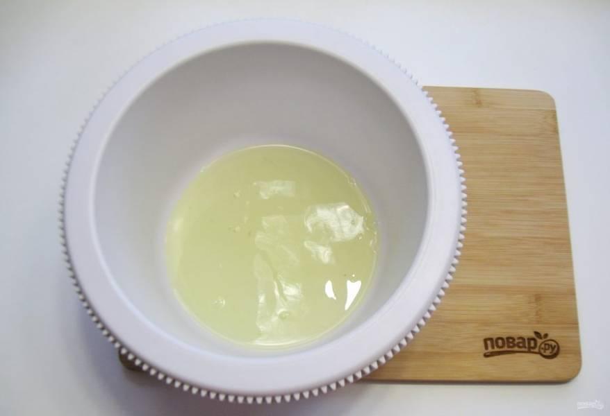 Белки отделите от желтков. Выложите в глубокую посуду.
