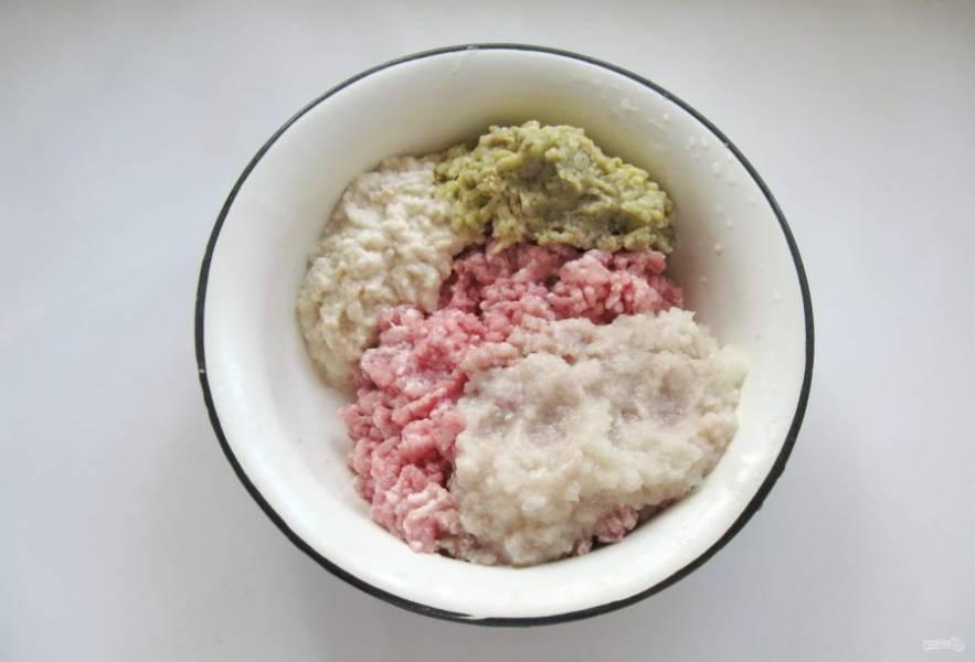 Белый хлеб залейте холодной водой, дайте постоять 5-8 минут, отожмите. Пропустите через мясорубку вместе с печеным баклажаном и добавьте в фарш.