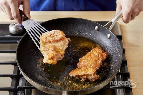 5.В сковороде разогрейте столовую ложку растительного масла, выложите бедра и обжаривайте с каждой стороны по 5-6 минут. Уберите курицу со сковороды и полейте медом.