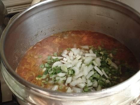 Перекладываем помидоры и морковь к баранине. Добавляем 2-3 чашки томатного сока, сельдерей, немного нарезанной мелко петрушки, еще соль по вкусу и травы.