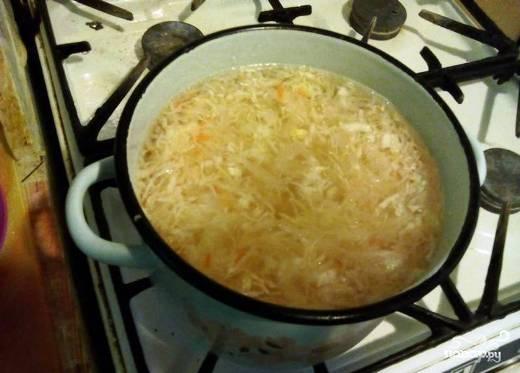 Потом капусту перекладываем в кастрюлю и заливаем водой, добавляем соль. Ставим на средний огонь, пусть варится до мягкости, по времени это приблизительно 30-40 минут.