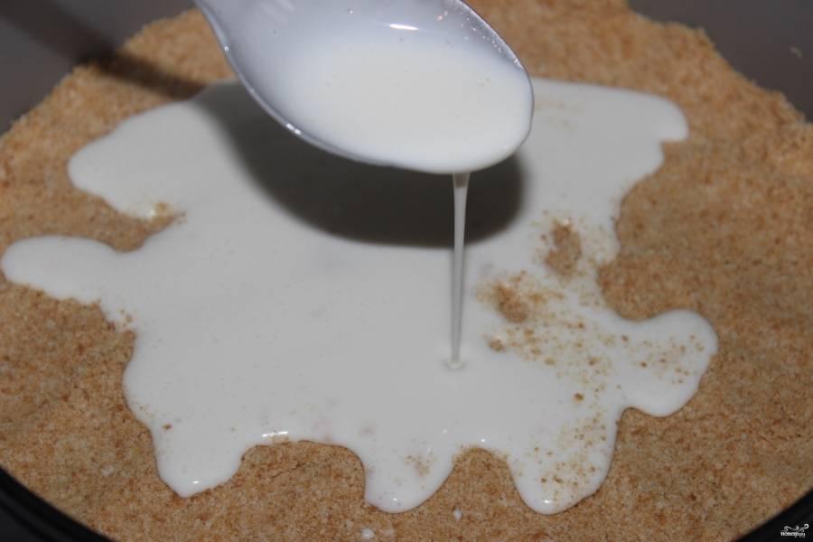 В форму для выпечки утрамбуйте слой печенья равномерно, а сверху вылейте творожную массу.