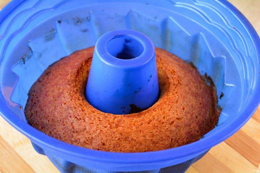 Выпекайте кекс 35 минут, пока не станет румяным. Готовность можете проверить шпажкой, она должна быть сухой.
