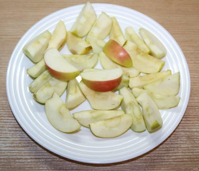 Яблоки вымойте, удалите сердцевину, нарежьте дольками.