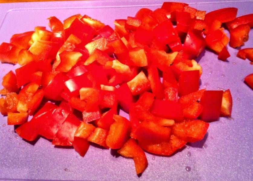 Перец очистить от семян и нарезать кубиками.