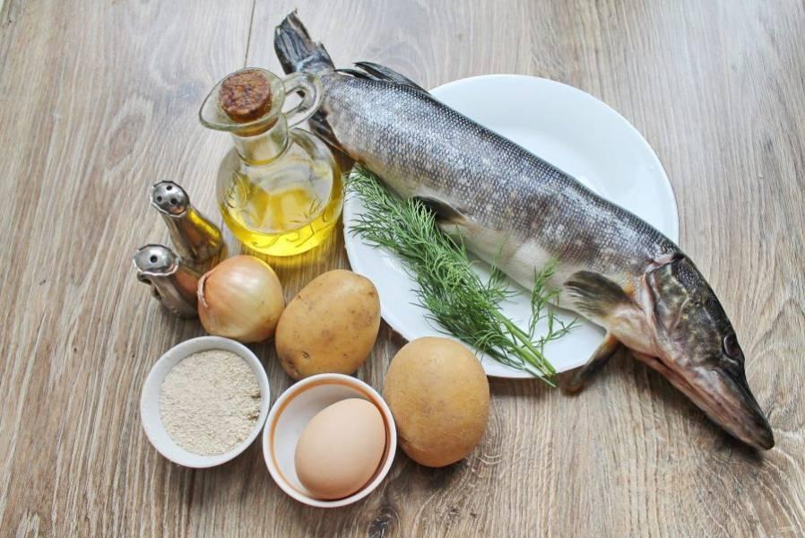 Подготовьте все необходимые ингредиенты для приготовления котлет из щуки с картофелем.