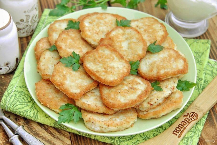 9. Еврейские котлеты готовы. Подавайте блюдо сразу же, еще горячим, с любым гарниром или соусом. Приятного аппетита!