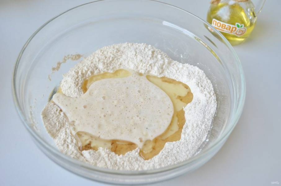 4. В муку положите щепотку соли, содержимое двух пиалочек, растительное масло.