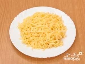 Натираем сыр на крупной терке.