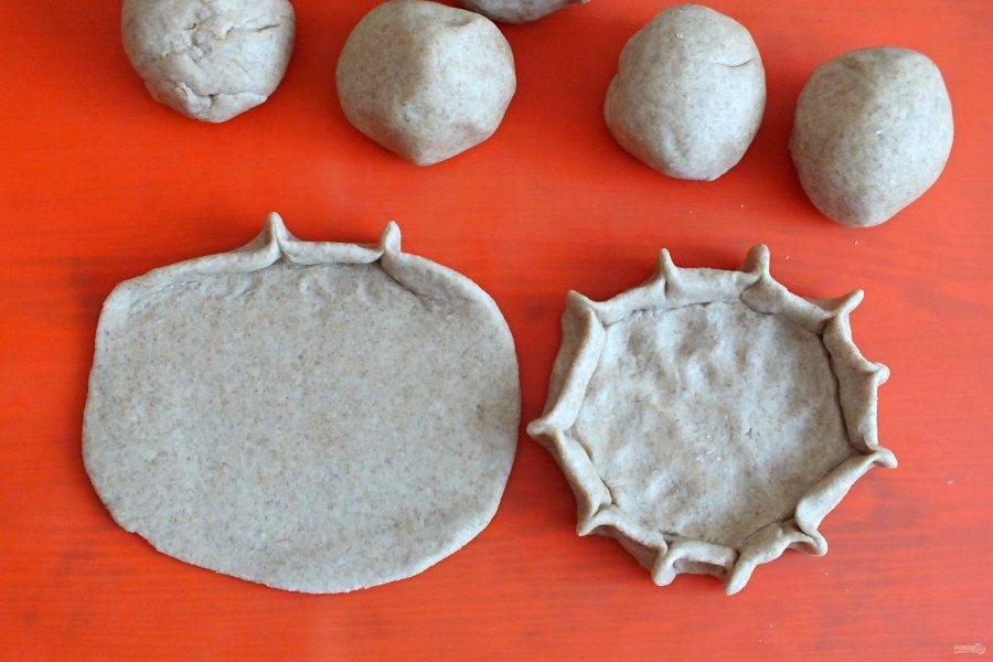 Каждый шарик раскатайте в тонкую лепешку. Толщина заготовки должна быть не более 0,3 см. Поднимите краешки лепешки и прищипните по всей окружности. Тем самым создавая бортики перепечи.