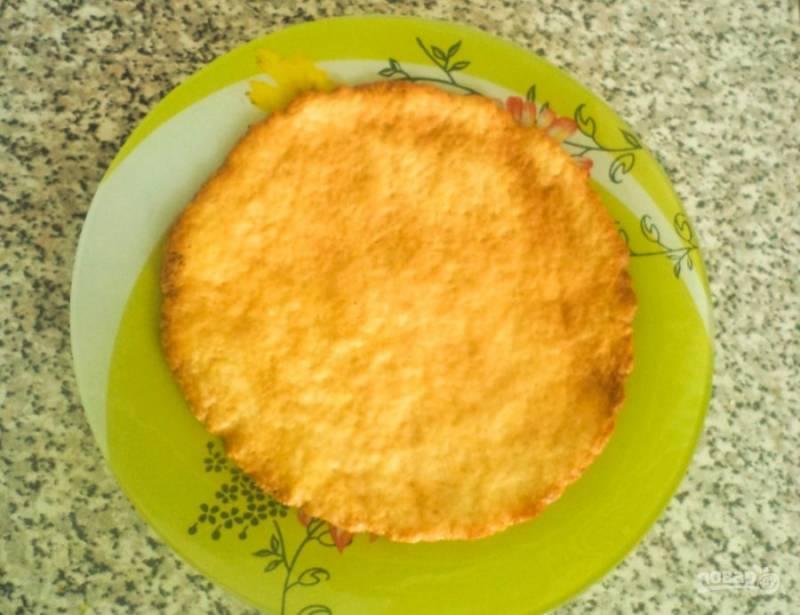 Затем каждую часть раскатайте в пласт, вырежете при помощи тарелки круг. Запекайте коржи в духовке при температуре двести градусов по семь минут каждый. Также запеките остатки теста.