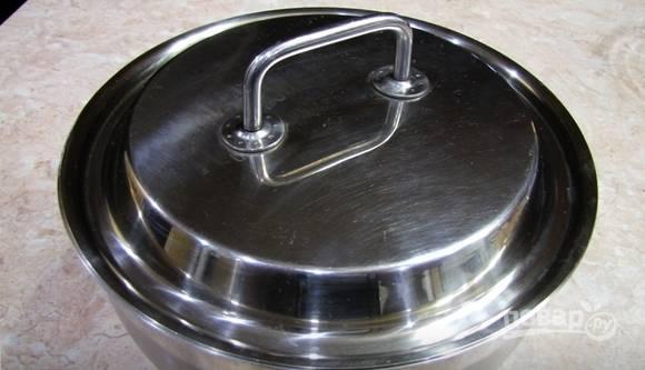 Тесто поставьте под крышку или плёнку. Оставьте его в тёплом месте на 1,5 часа.