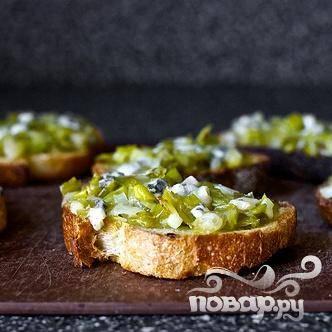 3. Выложить поджаренный лук-порей на тосты. Посыпать сыром, если вы еще не делали этого. Добавить несколько капель лимонного сока при желании. Сразу же подавать.