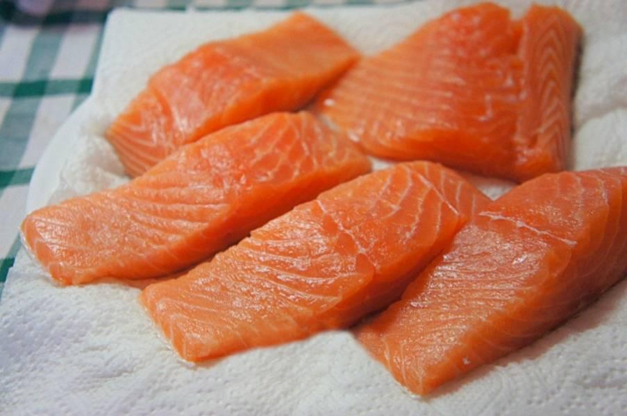 Филе лосося помыть, посыпать солью и на 2-3 часа оставить мариноваться в лимонном соке.