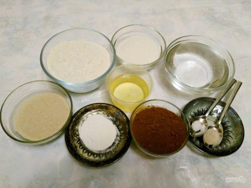 Подготовьте небольшой набор продуктов, необходимых для приготовления шоколадного пирога с гречневой мукой.