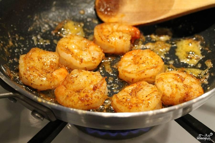 1. На растительном масле обжарим очищенные креветки до готовности. Обязательно добавим соль и специи - чем больше, тем лучше.