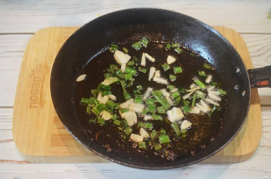 5. Лук и чеснок обжарьте в сковороде, где жарилось мясо.
