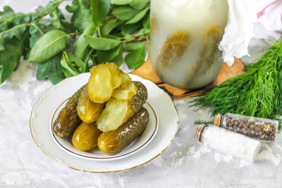 Удалите мешочек с солью, извлеките огурец и попробуйте на вкус. Если он недостаточно соленый, то подержите соль еще неделю в емкости. Если же вкус отменный, закройте банку капроновой крышкой и храните в холоде.
