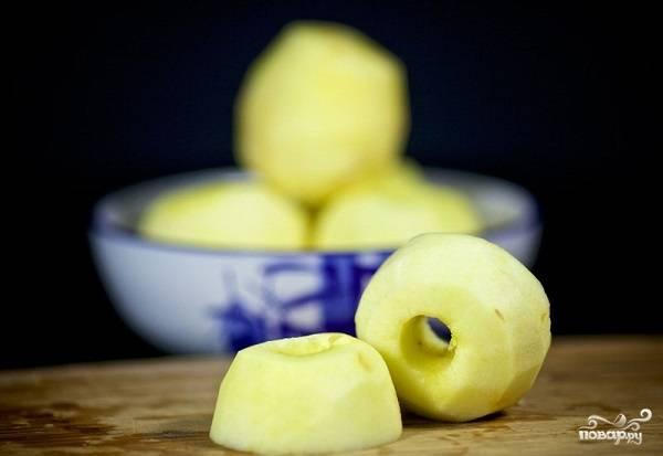 7. Каждое яблоко разрежьте пополам.