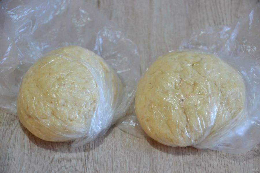 Всыпьте мучную смесь к творожной, замесите тесто, разделите готовое тесто на 2 части, уберите в холодильник на 30 минут.