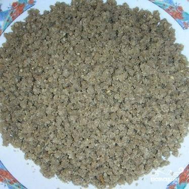 1.Чищеные семечки нужно будет промыть и слить воду. На разогретую сковороду без масла  выложить семечки и слегка поджарить.  Перемолоть семечки через мясорубку, блендер или кофемолку.
