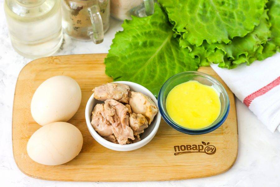 Подготовьте указанные ингредиенты. Куриные яйца отварите заранее в течение 12 минут с момента закипания воды, а затем охладите в холодной воде.