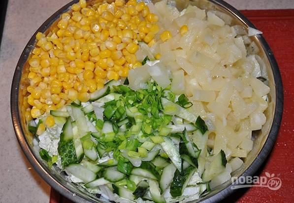 4. Добавьте кукурузу и аккуратно все перемешайте. Заправьте по вкусу майонезом, добавьте соль, зелень, сок лимона.