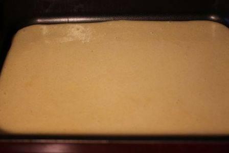 Выливаем тесто в форму и выпекаем при температуре 180 градусов минут 15-20.