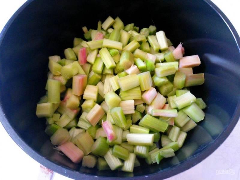 Налейте на дно сотейника воду, поместите туда кусочки ревеня, прогревайте на умеренном огне в течение нескольких минут до размягчения ревеня. Периодически помешивайте содержимое сотейника.