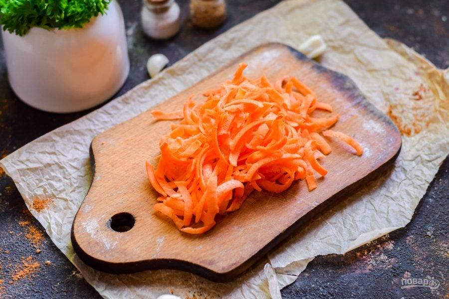 Морковь очистите и натрите на средней терке.