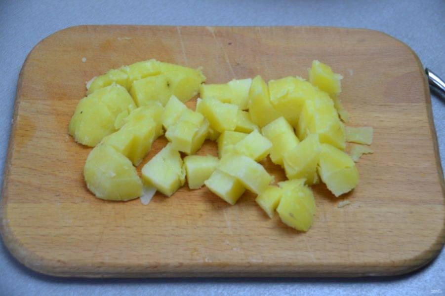 Отварной картофель нарежьте кубиком.