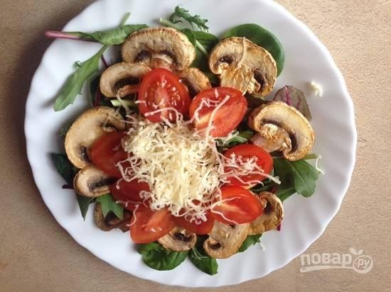 Выкладываем помидоры, посыпаем солью и перцем, сбрызнем ароматным (лучше всего чесночным) оливковым маслом. Посыпаем все тертым сыром. Салат готов!