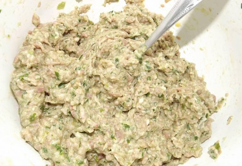 Перемешиваем полученный фарш, добавляем яйцо, а также по вкусу соль и специи.