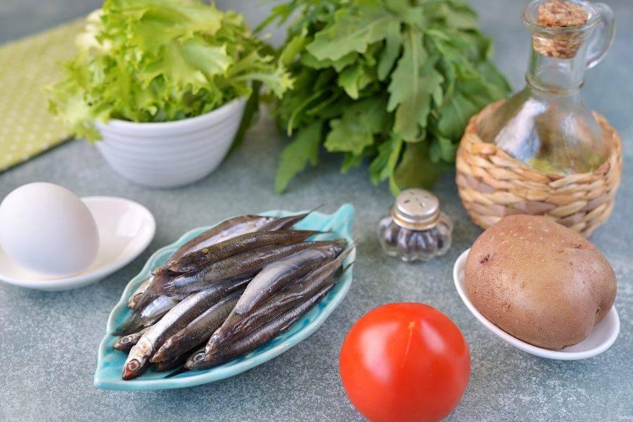 Подготовьте все необходимые ингредиенты для приготовления салата. Картофель и яйцо отварите заранее до готовности и остудите. Картофель обычно варится около 20 минут, яйцо — 10 минут.