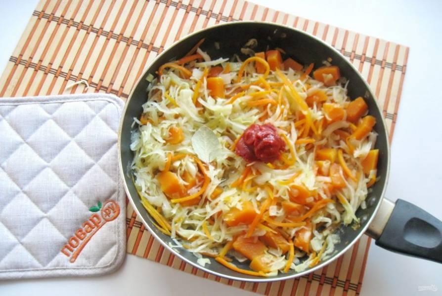 Когда блюдо будет практически готово, добавьте томатную пасту и лавровый лист, перемешайте. Тушите еще 5-6 минут и выключайте.