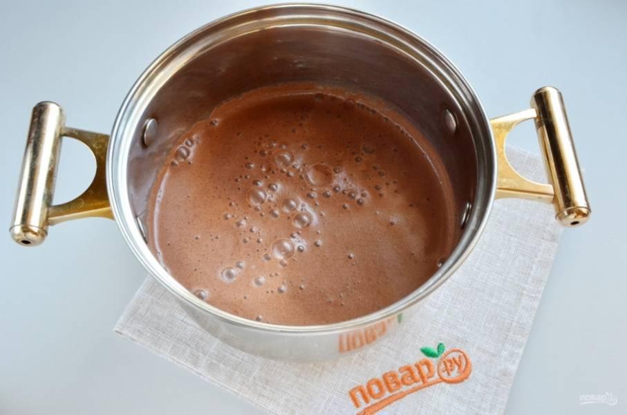 Шоколадную массу перелейте в кастрюлю с двойным дном. На небольшом огне доведите до кипения. Постоянно перемешивайте венчиком крем!