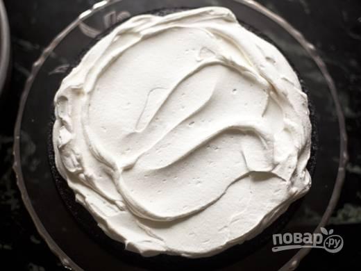 5. Можно собирать тортик. Выложите корж, смажьте его частью крема.