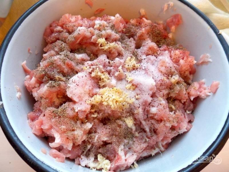 Добавьте два вида соли, мелко нарубленный чеснок и перец, перемешайте.