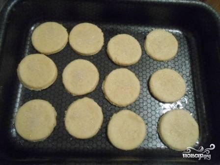 Противень слегка смазываем маслом или присыпаем мукой и выкладываем коржики. Сверху коржики можно посыпать сахаром или измельченными орешками, маком или кунжутом.