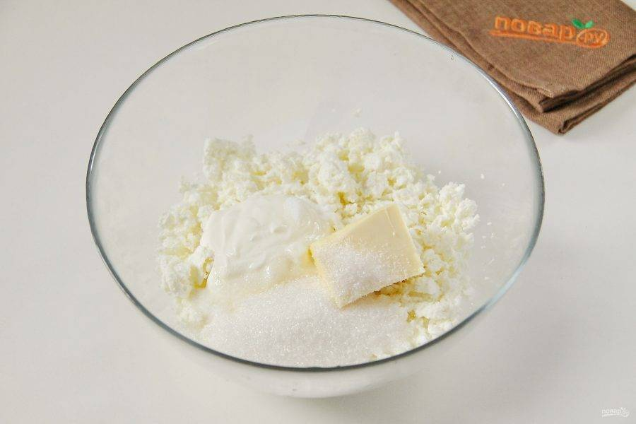 В глубокую миску насыпьте творог, 50 гр. сахара, соль, сметану, ванилин и мягкое масло.