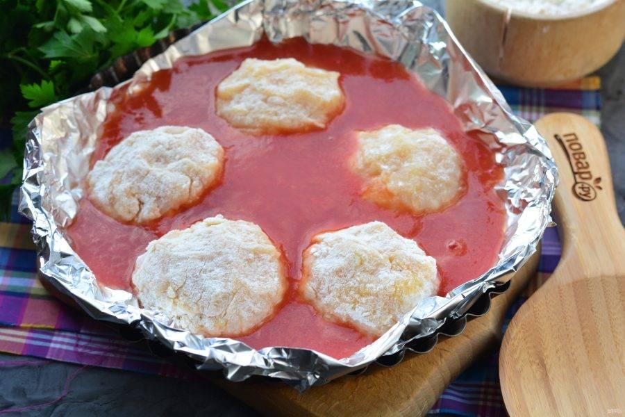 Тефтели залейте томатным соусом — томатная паста разведенная водой. Воды используйте примерно 1-1,5 стакана.