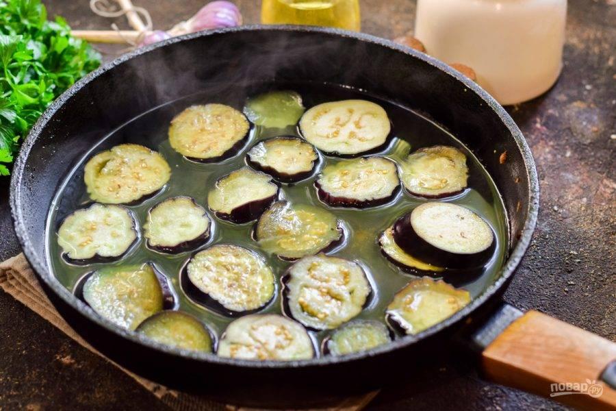В глубокой сковороде или кастрюле доведите до кипения воду и уксус, добавьте соль по вкусу и варите баклажаны 10-12 минут.