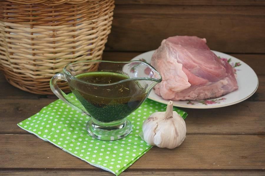 Такой маринад подойдет для запекания мяса в духовке, для жарки на гриле, на углях, на костре. Универсальный маринад. Чего делать нельзя, добавляя в маринад другие продукты: нельзя добавлять мед, чеснок. Чеснок при жарке или запекании горит, а мед обуглится сразу на мясе, а внутри мясо останется сырым. Медом можно обмазать мясо за 5-7 минут до окончания запекания, но не добавляйте мед в начале маринования мяса.