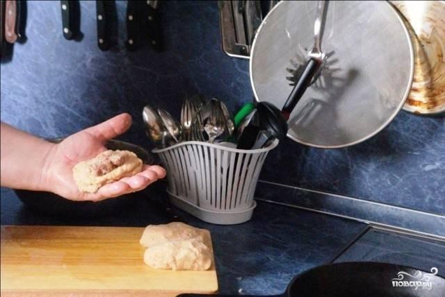 Формируем лепешку из картофельной смеси, на нее выкладываем немножко мясной начинки, и сворачиваем все это дело в форме пирожка.