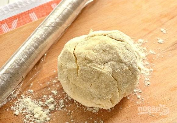5. Замесите тесто, заверните его в пакет или пленку и уберите на часик в холодильник.