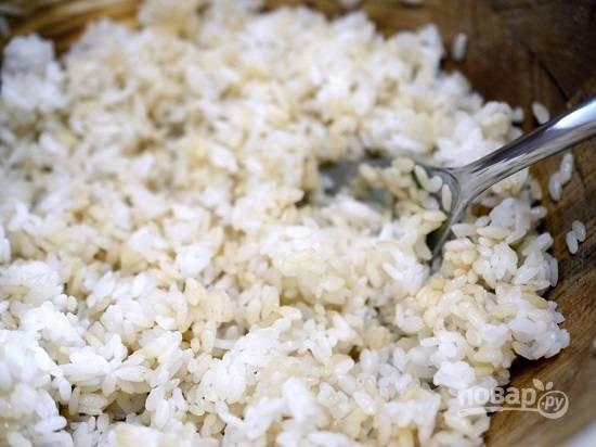 Тщательно промываем рис и ставим варить с 3/4 стакана воды. Доводим до кипения, уменьшаем огонь до минимума и варим под крышкой 15 минут. Выключаем огонь и оставим рис под крышкой еще на 10 минут. Не мешаем!!! Затем дадим рису немного остыть и добавим столовую ложку уксуса, сахар и соль и хорошо перемешиваем деревянной ложкой. Затем рис должен полностью остыть.